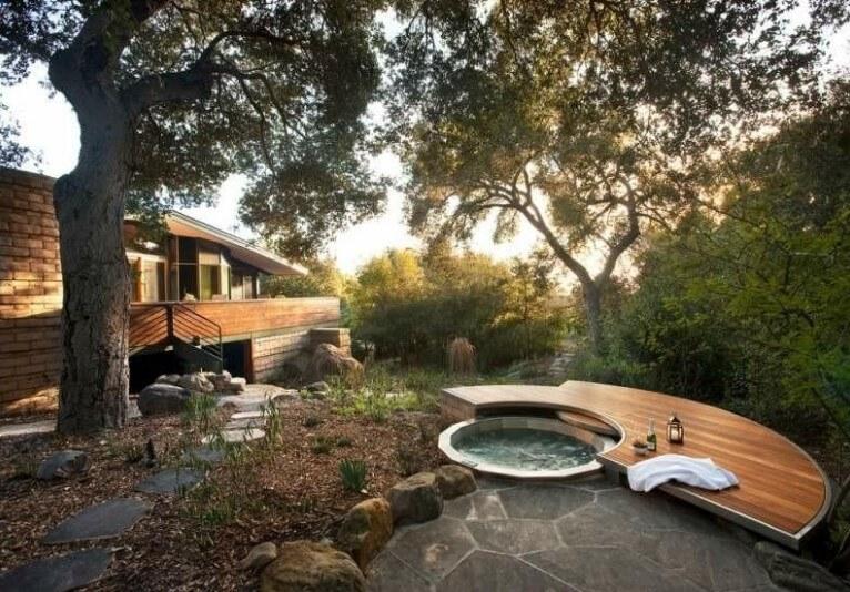 desain kolam renang di belakang rumah